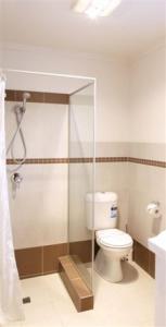 A bathroom at Rose & Crown Hotel
