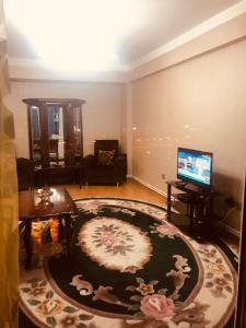 Uma TV ou centro de entretenimento em Uzeyir Hajibeyov 33 Avenue