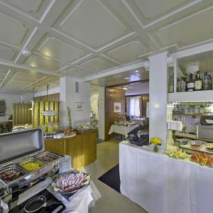 A restaurant or other place to eat at Hotel Sporting