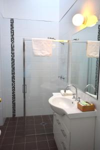 A bathroom at Alpine Resort Motel