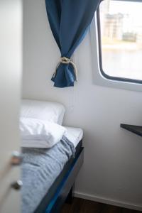 A bed or beds in a room at Majoitus-Ravintolalaiva Saimatar