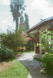A garden outside Gîte Habas