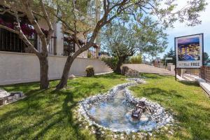 Ein Garten an der Unterkunft Apartments Villa Nina