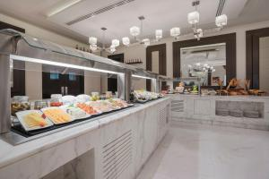 A restaurant or other place to eat at Marriott Executive Apartments Madinah