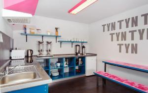 Kuchyň nebo kuchyňský kout v ubytování Hostel Prague Tyn