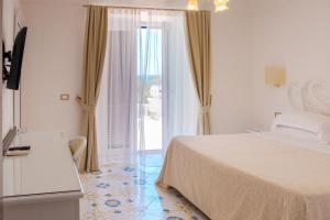 A bed or beds in a room at Grand Hotel Le Rocce
