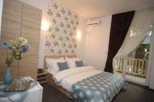 Un pat sau paturi într-o cameră la Hotel Pinguin