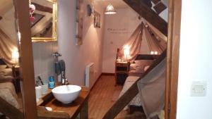 A bathroom at Gîte maison de vacances La Chtite Normande