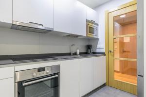 Küche/Küchenzeile in der Unterkunft Zurriola Suites by Forever Rentals
