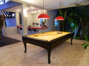A pool table at Villa dos Graffitis Pousada