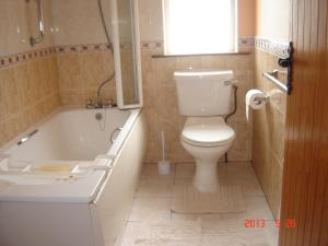 A bathroom at Drumkeeran Holiday Homes