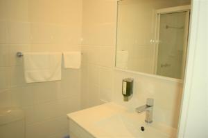 A bathroom at Best Western Parkside Motor Inn