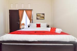 A bed or beds in a room at RedDoorz Plus near Jalan Imam Bonjol Denpasar