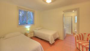 A bed or beds in a room at Beachcomber Lodge