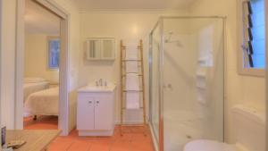 A bathroom at Beachcomber Lodge