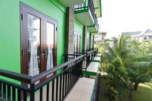 A balcony or terrace at RedDoorz near Level 21 Mall Denpasar