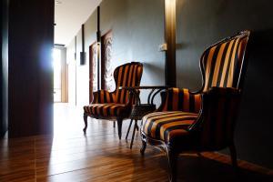 En sittgrupp på Bloom Cafe & Hostel