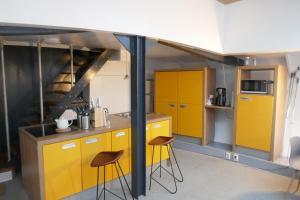A kitchen or kitchenette at Boathotel Rotterdam Wilhelmina
