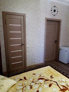 """Кровать или кровати в номере Гостевой дом """"Петергоф"""""""