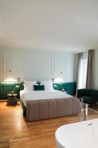 A bed or beds in a room at Hôtel Singulier Bordeaux