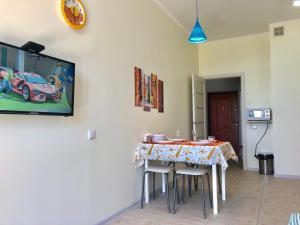 Телевизор и/или развлекательный центр в Seaside exquisite 2 pc apartment
