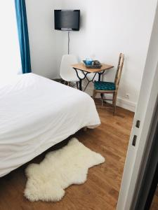 A bed or beds in a room at L'appartement Coeur de Versailles - quartier Notre-Dame