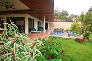 Der Swimmingpool an oder in der Nähe von Lai Thai Villa