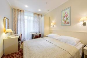 Кровать или кровати в номере Санаторий Алтай - West
