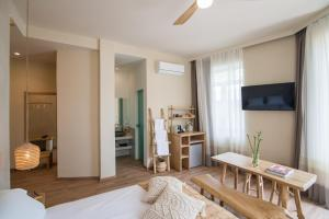 A television and/or entertainment centre at Ederlezi Boutique Hotel