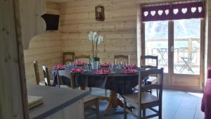 A restaurant or other place to eat at Chalet Le Bois Joli