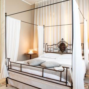 A bed or beds in a room at Villa Belverde Boutique Hotel