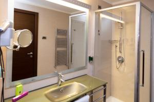 A bathroom at iH Hotels Pomezia Selene