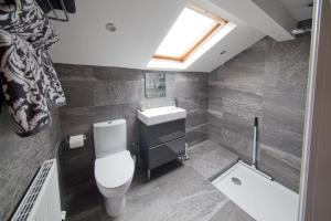 A bathroom at Blackbird Luxury Apartments Room 4