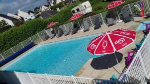 Vue sur la piscine de l'établissement Camping Le Domaine Des Jonquilles ou sur une piscine à proximité