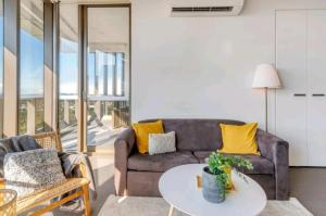 A seating area at Sydney Olympic Park 2BR Harbour City View Apartment