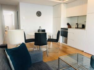A kitchen or kitchenette at Wyndel Apartments Neutral Bay - Military