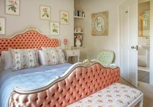 A bed or beds in a room at Pytts House Boutique Bed & Breakfast
