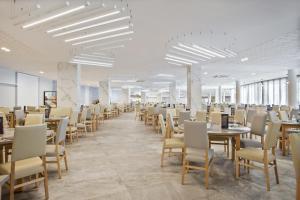 Un restaurante o sitio para comer en Hotel Best Cambrils
