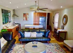 A seating area at Mandalay Villa - 5 Mins Drive to Airlie Beach