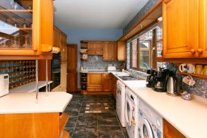 A kitchen or kitchenette at Lisburn Serviced Accommodation