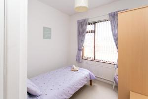 A bed or beds in a room at Lisburn Serviced Accommodation