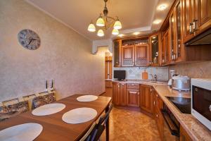 A kitchen or kitchenette at Семейные апартаменты рядом с Москвой!
