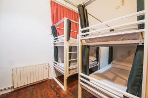 Двухъярусная кровать или двухъярусные кровати в номере Safestay Barcelona Gothic
