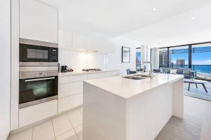 A kitchen or kitchenette at Oracle Broadbeach