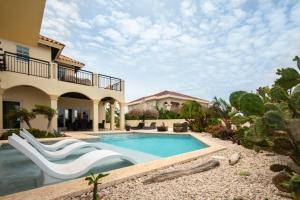 A piscina localizada em Lacolina Villa ou nos arredores