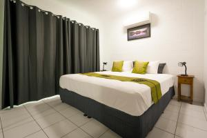 A bed or beds in a room at Simply at Fourmile