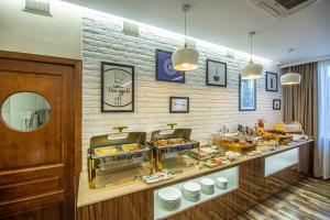 A restaurant or other place to eat at Rayan Hotel