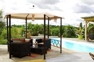 The swimming pool at or near Chambres d'hotes Au Fil de l'Eau