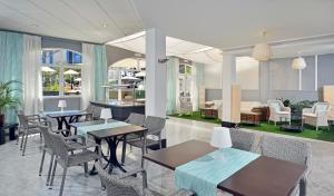 A restaurant or other place to eat at Sol Lunamar Apartamentos - Adults Only