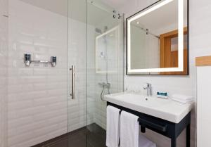 A bathroom at Four Points by Sheraton Warsaw Mokotow